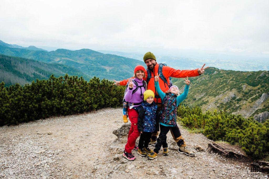 Dwoje dorosłych i troje dzieci stoi na Przełęczy Między Kopami, Dolina Jaworzynka, Boczań, Tatry, zdjęcie autorstwa OurLittleAdventures.pl