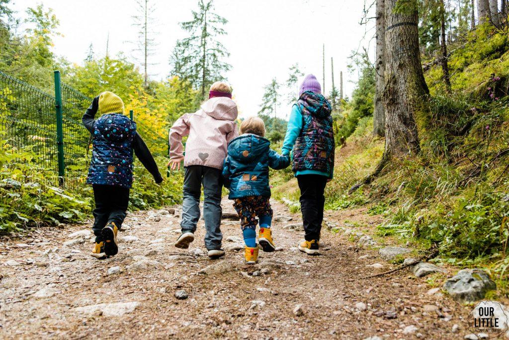 Czworo dzieci idzie szlakiem w Dolinie Jaworzynka, zdjęcie autorstwa OurLittleAdventures.pl