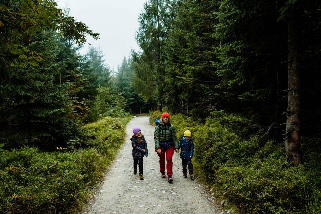 Kobieta idzie z dziećmi przez las, zdjęcie autorstwa OurLittleAdventures.pl