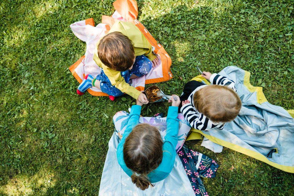 dzieci jedzą liofiliozwane jedzenie na Velo Czorsztyn