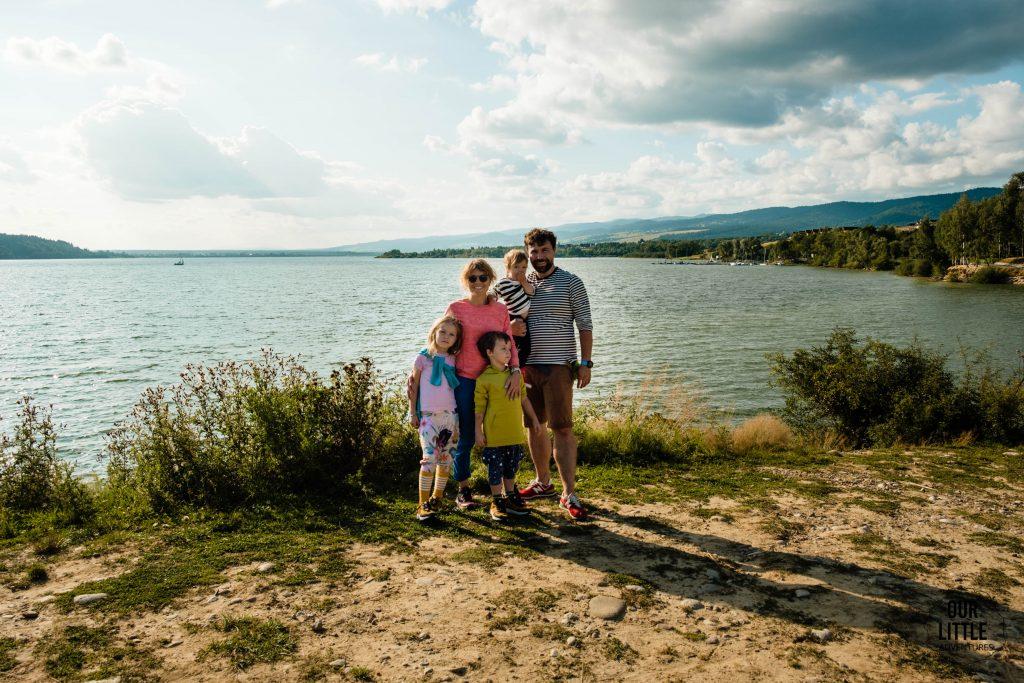 Rodzina wielodzietna nad jeziorem Czorsztyńskim