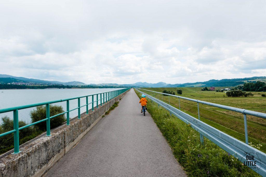dziecko jedzie na rowerze velo Czorsztyn