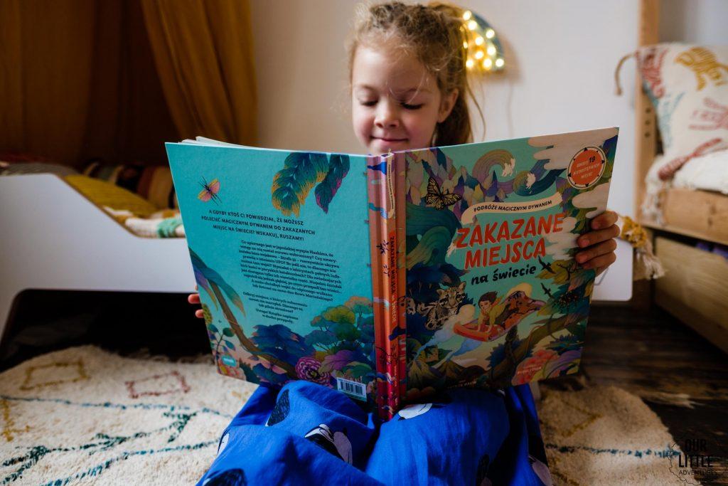 Dziewczynka czyta książkę Zakazane miejsce na świecie - książki obrazkowe dla dzieci Znak Emotikon, zdjęcie autorstwa OurLittleAdventures.pl