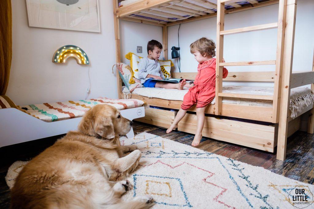 Dzieci bawią się w pokoju, pies leży na podłodze, Pokój dla rodzeństwa - fot. OurLittleAdventures.pl