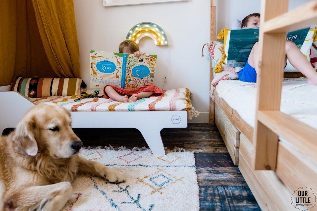 Dzieci czytają książki na łóżkach, fot. OurLittleAdventures.pl