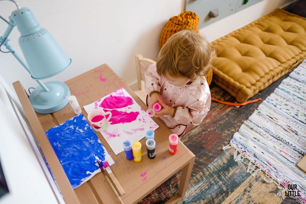 Dziewczynka maluje farbami, Pokój dla rodzeństwa - fot. OurLittleAdventures.pl