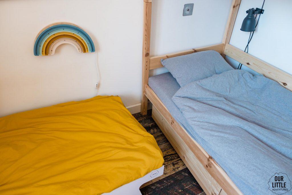 Pościel na łóżkach dzieci w pokoju dla rodzeństwa, fot. OurLittleAdventures.pl