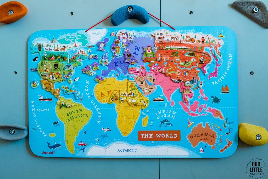 Magnetyczna mapa świata wisi na ściance wspinaczkowej, zdjęcie autorstwa OurLittleAdventures.pl