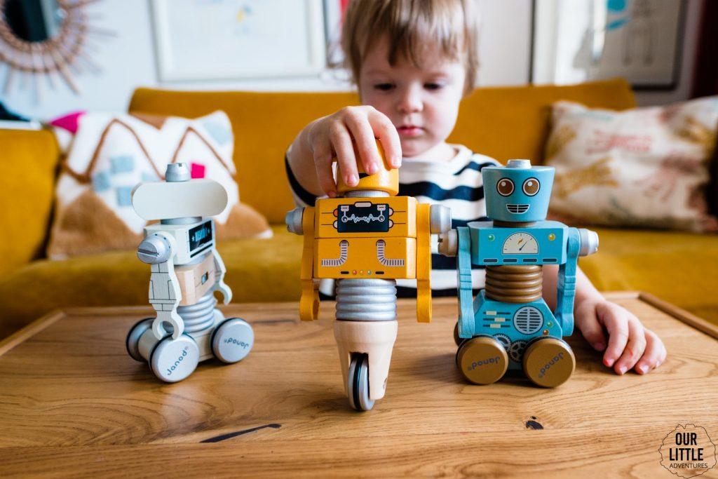 Dziewczynka bawi się robotami Janod, zdjęcie autorstwa Ourlittleadventures.pl